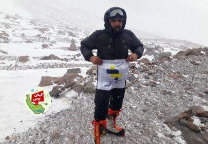 اهتزاز پرچم جمهوری اسلامی و عکس حاج قاسم بر قله کازبک گرجستان